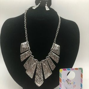BNWT Paparazzi necklace with earrings